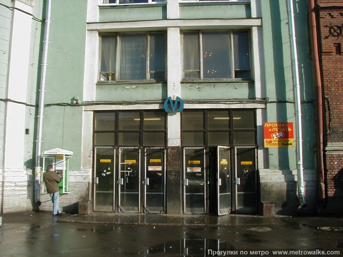 """Вход в вестибюль №2 станции """"Площадь Восстания"""". Источник: http://www.metrowalks.com/f2/spb/plvosst/1ab.jpg"""